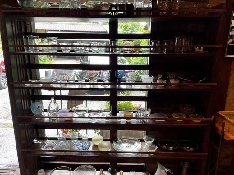 店内販売の食器や雑貨