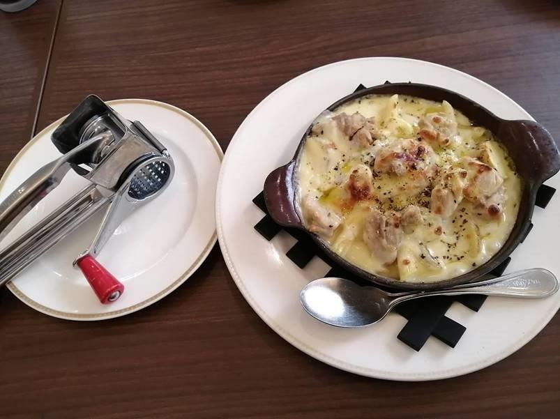 トリュフ香るチキンと ペンネリガーテのクリームグラタン