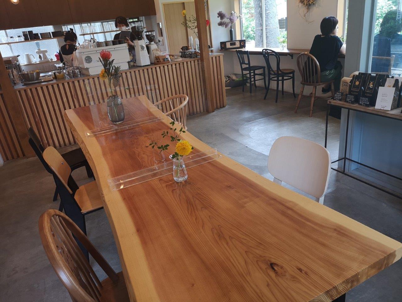 木のテーブルに緑や花