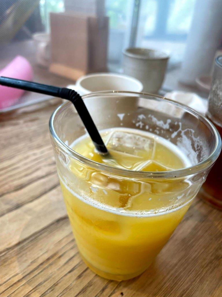 お子様のオレンジジュース