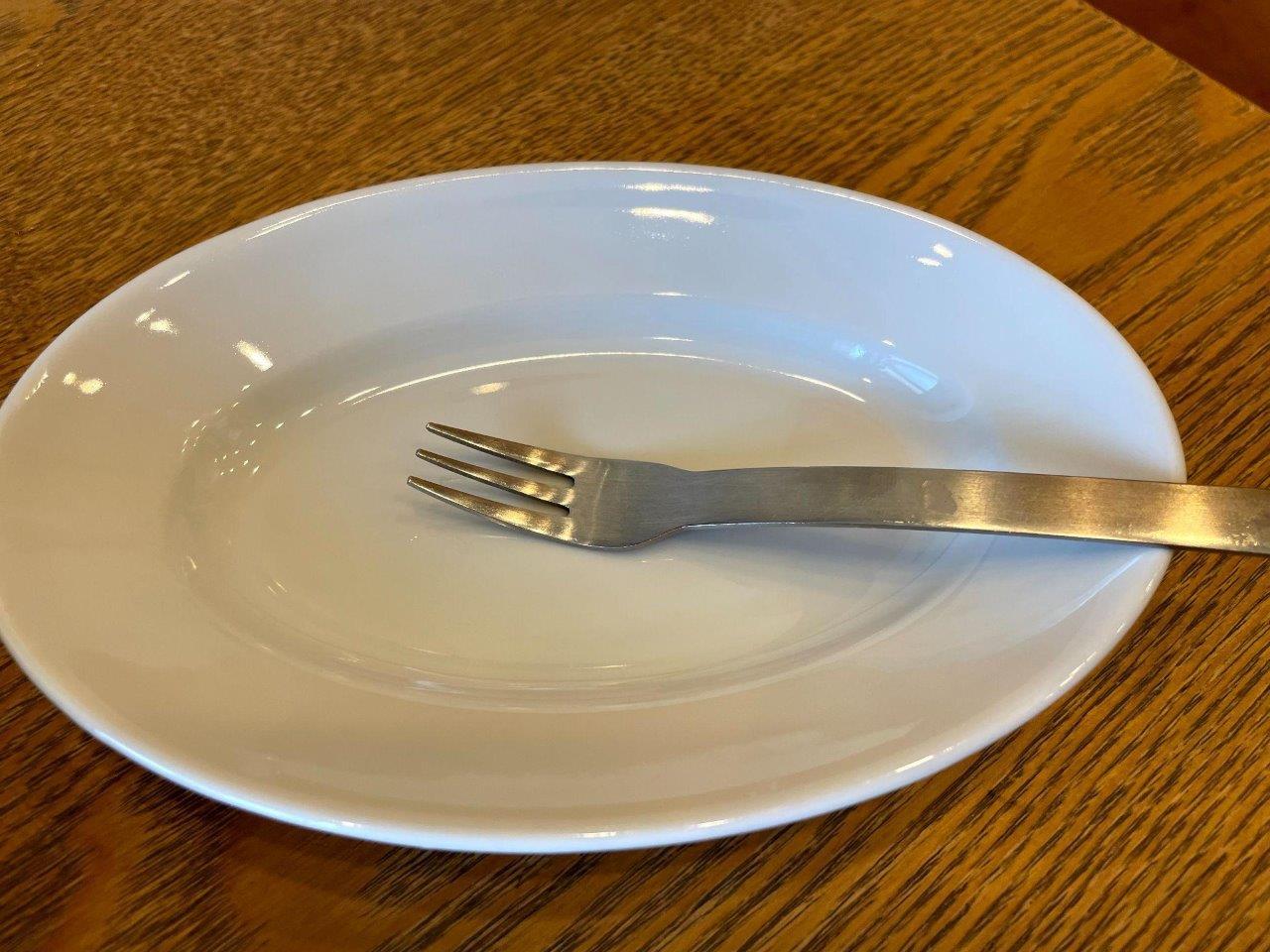 子ども用のフォークと小皿